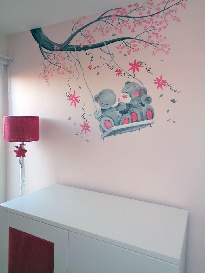 Roze babykamer meisje muurschildering me to you beertjes op een schommel met bloesem - Babykamer schilderij idee ...