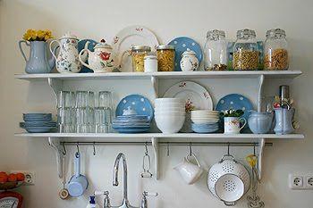 prateleiras na cozinha