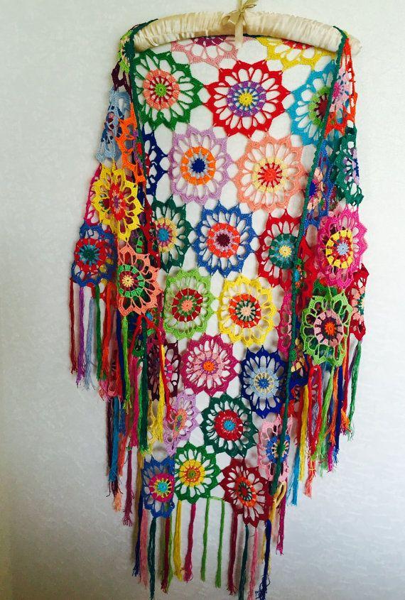 Deze sjaal driehoek-vormige elegante gehaakte kleurrijke (lichte kleuren) geboekt van kwaliteit garen (mercerized + katoen). Het is een perfecte manier om op te warmen voor speciale gelegenheden zoals bruiloften of partijen, dag of nacht. De sjaal is opgesteld met de grootst mogelijke zorgvuldigheid, altijd met u in gedachten. Dit zeer elegante is verkrijgbaar in één maat. Afmetingen (81,8- 45,6: 208 cm-116 cm met franjes) Alles is met liefde en zorg gemaakt... Het product is gemaakt me...