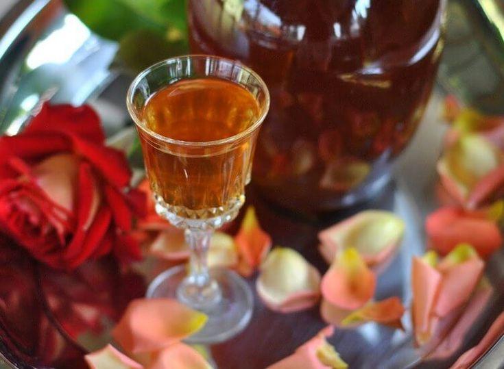 Настойки и ликёры из розы в домашних условиях. Ликеры из лепестков розы с десертным вином, зелёными грецкими орехами, малиной. Розовая настойка с корицей.