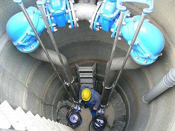 Statie de pompare apa uzata. In zonele neamenajate cu sistem colectiv gravitational de canalizare, se utilizeaza un sistem de canalizare care consta in: rezervor etanș, o pompa, un sistem de control și de corpuri de presiune.