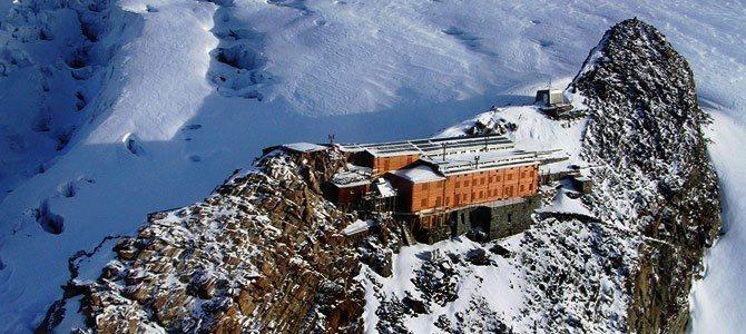 Rifugio Gnifetti (http://www.rifugimonterosa.it/IT/rifugi/capanna-gnifetti.php), situato a 3.647 metri di quota nel gruppo del Monte Rosa.