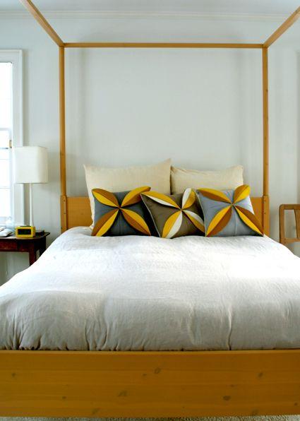 felt flower pillowsCrafts Pattern, Diy Craftsdecor, Pillows Tutorials, Enchanted Felt, Felt Pillows, Felt Flowers, Diy Pillows, Felt Flower Pillows, Purl Bees