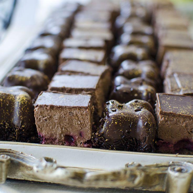 Mini prajiturile chocolate Berry au aroma puternica de ciocolata neagra in combinatie cu prospetimea fructelor de padure, incantand papile gustative ale cumparatorilor.