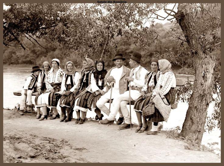 Fotografie: Ţărani de pe Valea Bistriţei în Neamţ, Moldova, stând de taină. Cca. 1933 Peasants from Bistrita Valleyin Neamt, Moldova, standing by talking. Approx. 1933 Fotograf: Adoplh A. Chevalier