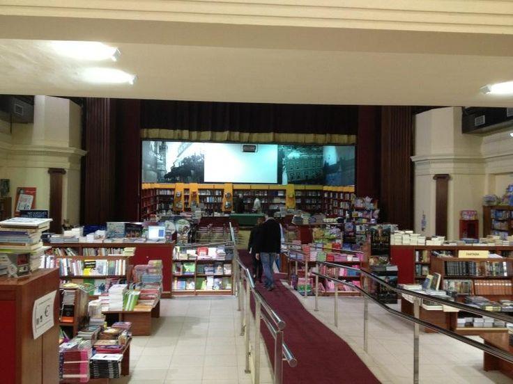 """Falta poco (a las 19:30h para que esta librería se llene. Agustín Rivera, autor de """"El cortijo andaluz"""" lo presentará en este lugar que él mismo ha fotografiado. Se trata de la Librería Beta Imperial en Sevilla."""