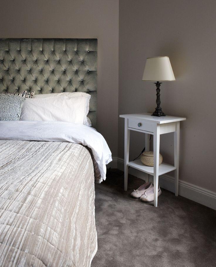 Vilsamma färger, heltäckningsmatta och stoppad sänggvel ger ett ombonat sovrum.