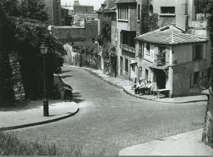 La célèbre Maison Rose de #Montmartre, au coin de la rue des Saules et de la rue de l'Abreuvoir, photographiée ici vers 1955 par © Marshall Hirsh. On y prenait l'apéro au calme, pas le moindre touriste en vue... (Paris 18ème)