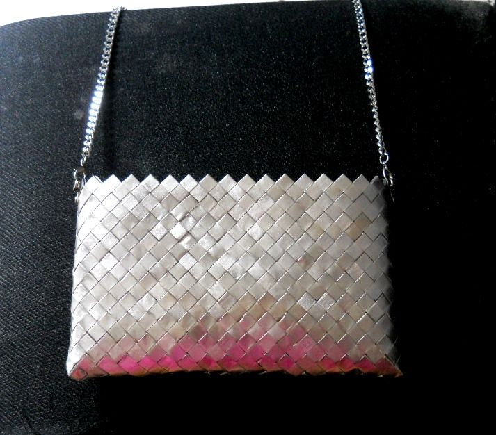 borsa realizzata con le cartine argentate dei pacchetti di sigarette