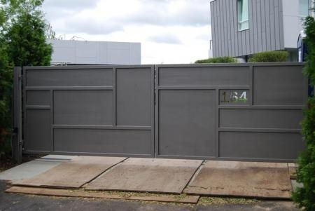 CONTEMPORARY IRON DRIVEWAY GATES | Automatic Gates