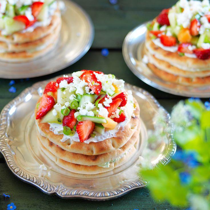 Underbar minismörgåstårta med smaker av sommar. Jordgubbar, melon och fetaost är bara några av alla härliga smaker, hitta receptet här!