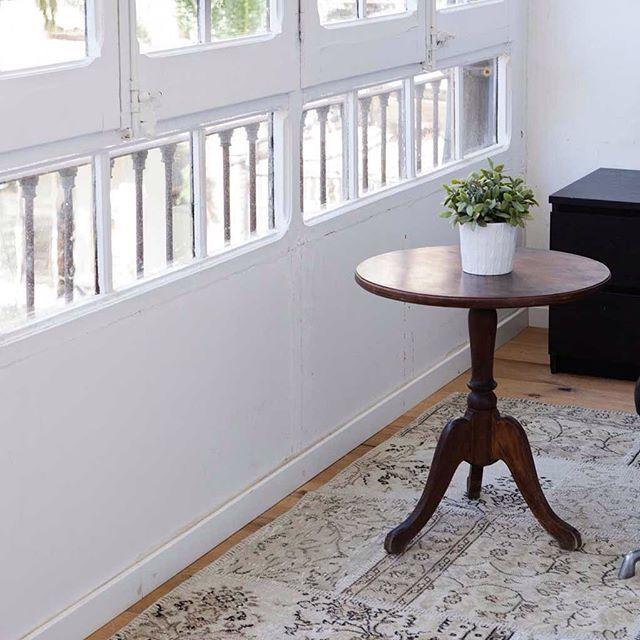 Värjätty tilkkumatto voi olla hyvinkin hillitty valinta. #Sukhimatot #sisustus #tyyli #sisustaminen #matto #design #sisustusideat #sisustusinspiraatio #interior #decoration #interiorinspiration #instahome #instadecor #villa #makuuhuone #olohuone #lastenhu