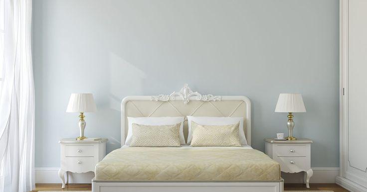 Cómo construir una tarima de cama con cajones debajo. El espacio debajo de las camas de tarima de tamaño individual o matrimonial representa más de 25 pies cuadrados (7,6 metros cuadrados) de espacio para almacenamiento. Un conjunto de cajones debajo de los soportes de tu cama no sólo te permitirá tomar ventaja de ese espacio, también te permitirá organizar tus cosas de una manera que no puedes ...