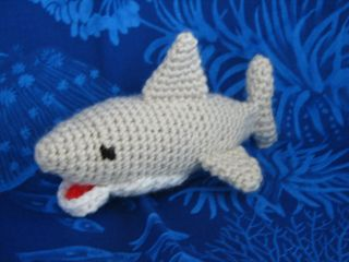 gratis free:Great White Shark Amigurumi pattern by Sherri Bush This awesome Great White Shark is sure to delight any fan of sharks! Full of great details but its still easy enough for anyone to whip up.  Made from scraps of acrylic yarn and a size G hook and stuffed with polyfil.