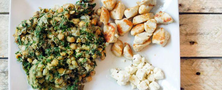 Kikkererwten met spinazie, knoflook, brood, rozemarijn en komijn, met kip en feta