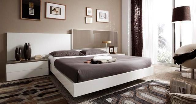 Dormitorio con cabecero y mesillas en blanco