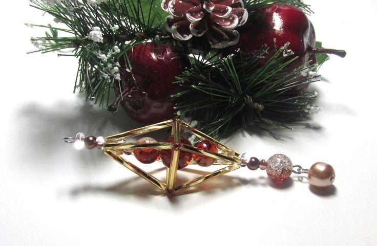 Vánoční ozdoba _ Vřeténko zlatohnědá Vánoční ozdoba . Použity kroucené tyčky , tyčky ,rokajl,korálky praskané bilohnědé a farfále bílozlaté..Délka cca 11 cm.Vhodné k zavěšení na stromeček , na větvičku. Krásný dárek :D