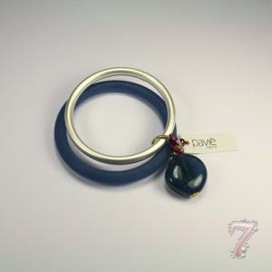 Bracciale rigido in resina con bracciale in metallo e boule colorata a contrasto Paviè, su www.7accessori.it