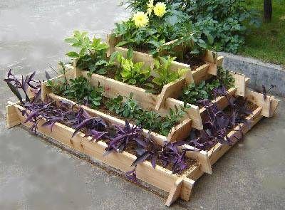 Neat raised bed garden idea: Gardens Ideas, Gardens Beds, Gardens Boxes, Raised Beds, Flowers Beds, Herbs Gardens, Small Spaces, Gardens Design, Beds Design