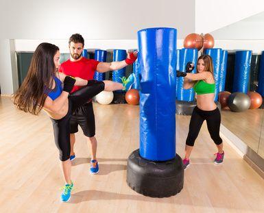 FIT' BOXE Cours de 45 Minutes  Brûle 450 à 600 calories  Mariage du Fitness et de la boxe pieds/poings, une activité de remise en forme en musique, originale et ludique, sans opposition donc sans risque