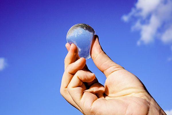Ooho est une membrane écologique et comestible qui permet le transport et la conservation de l'eau. Elle pourrait répondre à certains problèmes écologiques..