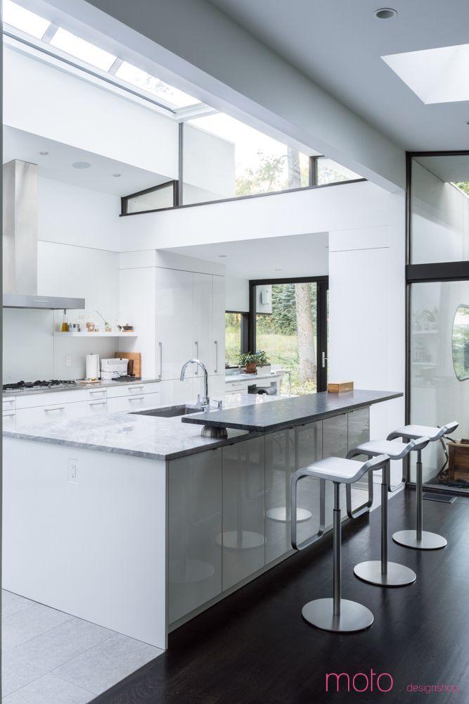 На кухне со стороны гостиной расположена удобная барная стойка.  (1950-70е,середина 20-го века,медисенчери,медисенчери модерн,архитектура,дизайн,экстерьер,интерьер,дизайн интерьера,мебель) .