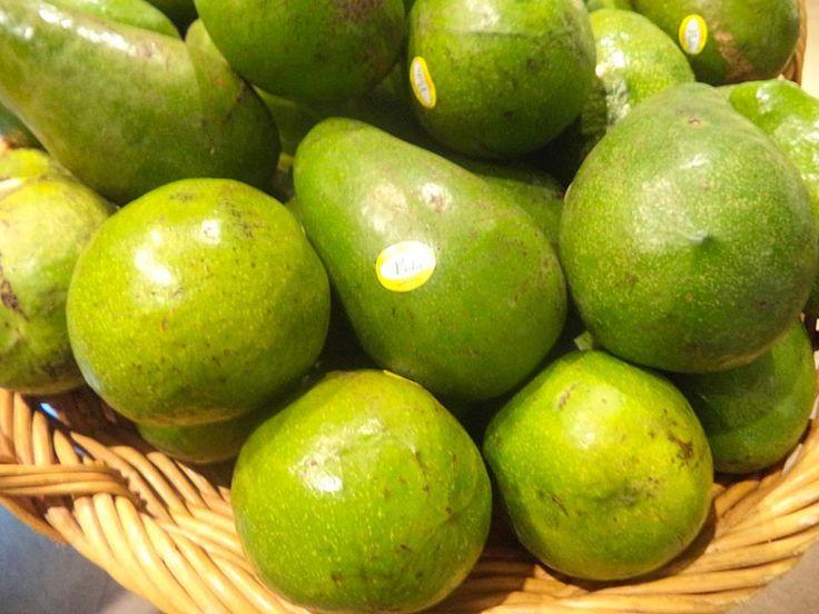 Ibu hamil di trimester kedua dianjurkan untuk mengonsumsi Alpukat karena buah ini mengandung serat, vitamin dan asam folat  Selain untuk Ibu hamil, buah alpukat juga sangat baik untuk diet dan membantu melindungi jantung. Who's like this fruit? #RabuPintar