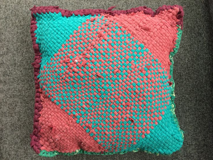 Cojín trapillo de ropa reutilizada tejido a telar.