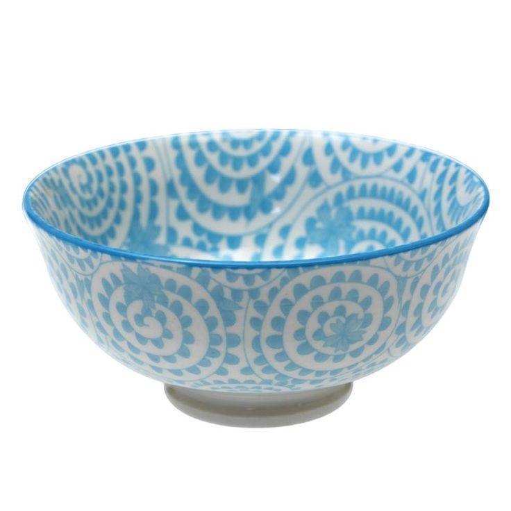Un peu de délicatesse et de douceur pour déjeuner le matin avec ces bols chinois en porcelaine aux motifs tourbillonnants parsemés en toute discrétion de petites fleurs bleues.  A coordonner avec les autres bols de la même collection et du plus bel effet présentés sur étagère dépareillés !  Hauteur 6 cm  Diamètre 12 cm Passe au lave-vaisselle et au micro-ondes.   7,00 € http://www.lafolleadresse.com/ceramique-chinoise/261-bol-japonais-motifs-tourbillons.html