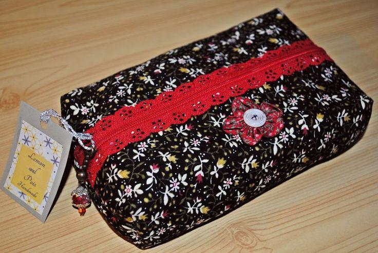 Astuccio beauty case zip effetto pizzo rosso di Lemon and Pois Designs su DaWanda.com