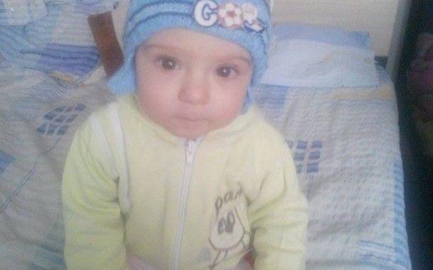Andrei Grigoraș este un băiețel de numai 11 luni, care abia a învățat la ce îi folosesc piciorușele și ar vrea să stea toată ziua pe ele să exploreze sufrageria și dormitorul.