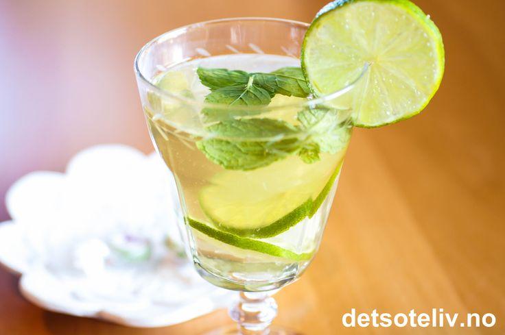 Grønn te har mange helsebringende egenskaper!  Her ser du hvordan man enkelt kan lage en frisk og deiligsommerdrikk med grønn te. Lime og mynte gir nydelig smak!