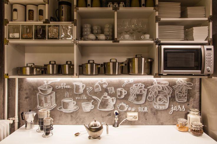 Exclusieve airbrush muurschildering in industriële keuken