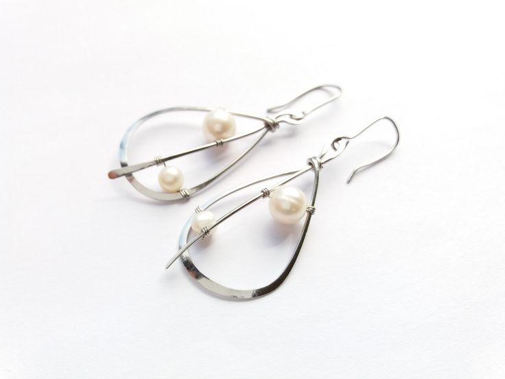 """Náušnice+NS29P+""""Lístky+s+bílými+perlami""""+Autorský+šperk.+Originál,+který+existuje+pouze+vjednom+jediném+exempláři.Vynikají+lehkostí,+precizním+provedením,+elegancí+čisté+linie+a+krásou+klasických+bílých+perel.+Pointou+tohoto+šperku+je+""""vypíchnutí""""+krásy+bílých+perel.+Chtěla+jsem+je+zasadit+do+jednoduchého+rámce,+ale+přesto+s+vtipem+a+nevšedně.+Středová..."""