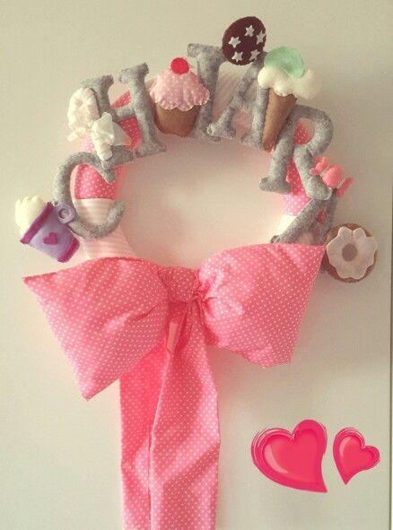 Ghirlanda nascita - DIY - Fiocco nascita per bimba a tema dolciumi, con nome e riproduzione di dolcetti in pannolenci. Fiocco in stoffa imbottito.