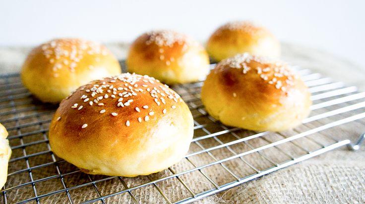 Ben je gek op brioche brood? Probeer het dan eens zelf te maken. Deze brioche broodjes zijn lekker met een sappige hamburger, maar ook met boter en jam.