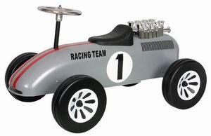 Marquant Formule 1 898 F1 Silver, Retro Loopauto. Gebaseerd op de stijl van formule 1 wagens van vroeger, is deze kinderreplica een prachtig exemplaar voor jong om zich heerlijk mee te vermaken of voor oud als een verzamelobject. Een kind kan zich met deze wagen leuk een snelheidsmannetje voelen door de grote motor en het authentieke uiterlijk.