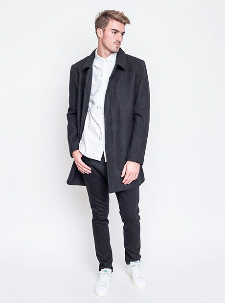 Jako elegán kamkoliv. Kabát Wemoto, kalhoty Zanerobe, košile RVLT, sneakers Adidas Originals.