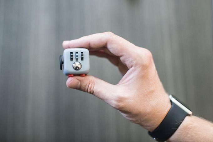 Fidget Cube, el juguete que gana $5 millones de dólares con @Kickstarter @alvarodabril