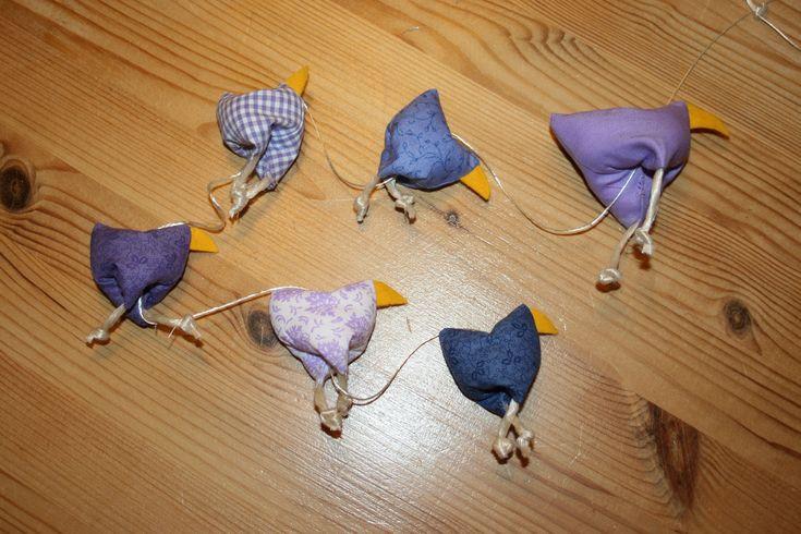 Hier zeige ich Euch wie ihr mit wenig Ahnung vom Nähen eine tolle Kette mit Hühnern machen könnt. Ihr braucht Stoff/Stoffreste, etwas gelben oder orangen Fil...