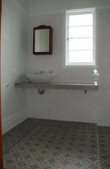 Antieke keramische tegels van www.floorz.nl zijn niet poreus en daarmee uitstekend geschikt voor een badkamer. Hier mooie Art Nouveau vloer met blauw-grijs tinten.