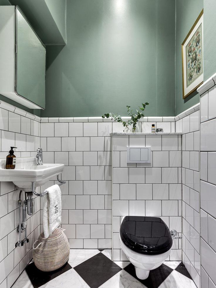 Kaklat litet badrum med målad överdel. Bra belysning behövs om den är utan fönster./A