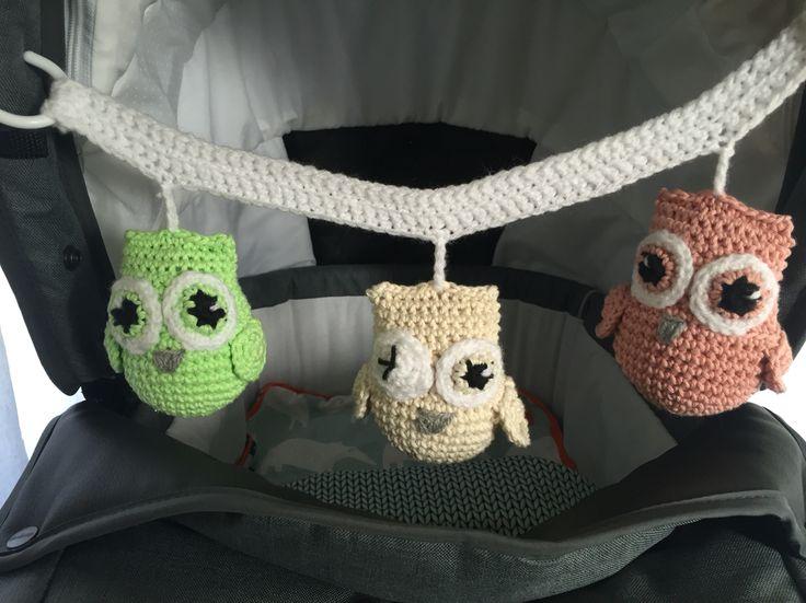 Ugglemobil till barnvagn #crochet #virkat #barnvagnsmobil #ugglor #pastell