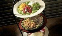 COMBO FAJITA TOWER Marinierte und gegrillte Köstlichkeiten Ihrer Wahl serviert mit gegrillten Paprikaschoten und Zwiebelringen. Nach Lust und Laune in warme Weizentortillas gefüllt, garniert mit frischem Pico de Gallo, Sauerrahm, Käse und Guacamole und eingerollt - ein Highlight der Südstaaten Küche.