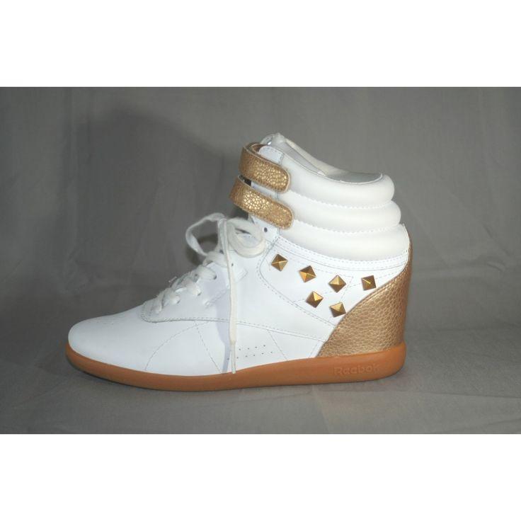 *Nybegagnade* sportskor med kilklack från Reebok Classic. Klacken är cirka 6cm hög och dessa skor är helt nya och oanvända, skänkta av släkten! Storlek 38.