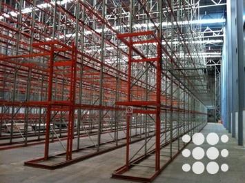 P2079 - Nave industrial en alquiler situada en el Polígono EL Pla de Sant Feliu de Llobregat con una superficie total de 6.391m². El inmueble cuenta con una excelente altura libre de13,35m bajo jácena, superficie prácticamente diáfana, cubierta aislante, pavimento en buen estado, 5 muelles de carga (1 para traileres y 4 normales), estructura ignífuga, sistema anti-incendio mediante rociadores, instalación eléctrica completa, estanterías montadas, zona de oficinas (849m²) y sótano (1.227m²)