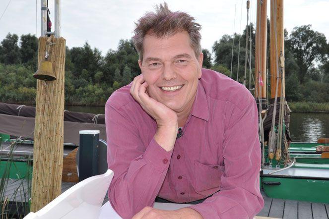 Oud-Klazienavener Klaas van Dijk (57), vaste pianist van Paul van Vliet, volgt broer Martin op als pianist van het programma 'Met het mes op tafel'.