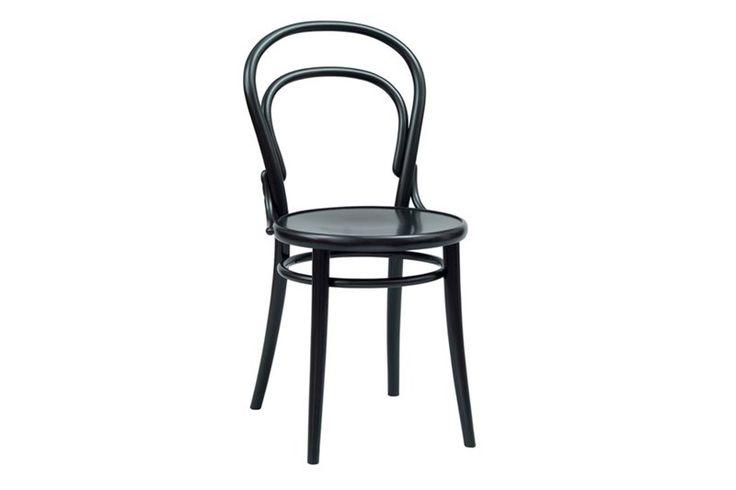 CHAIR NO. 14 van Michael Thonet. Wat op het eerste gezicht lijkt op een eenvoudige bistrostoel werd de eerste designbestseller ooit: tussen 1859 en 1930 werden niet minder dan 50 miljoen exemplaren verkocht. De Duits-Oostenrijkse ontwerper wilde een stoel ontwerpen die geschikt was voor massaproductie. Met vijf houten onderdelen en zes schroeven was de stoel van Thonet niet alleen gemakkelijk te produceren, maar ook te kopiëren.