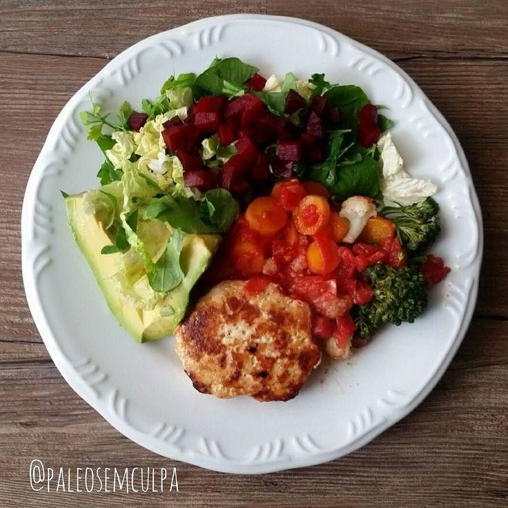 Almoço e quebra do jejum: salada verde abacate beterraba couve flor brócolis cenoura molho de tomate e hamburguer de frango. nham nham #dieta #dietas #dietasemsofrer #dietapaleolitica #dietapaleo #paleo #paleofood #paleoliving #paleolife #paleolifestyle #paleodiet #primal #realfood #mydiet #paleolithic