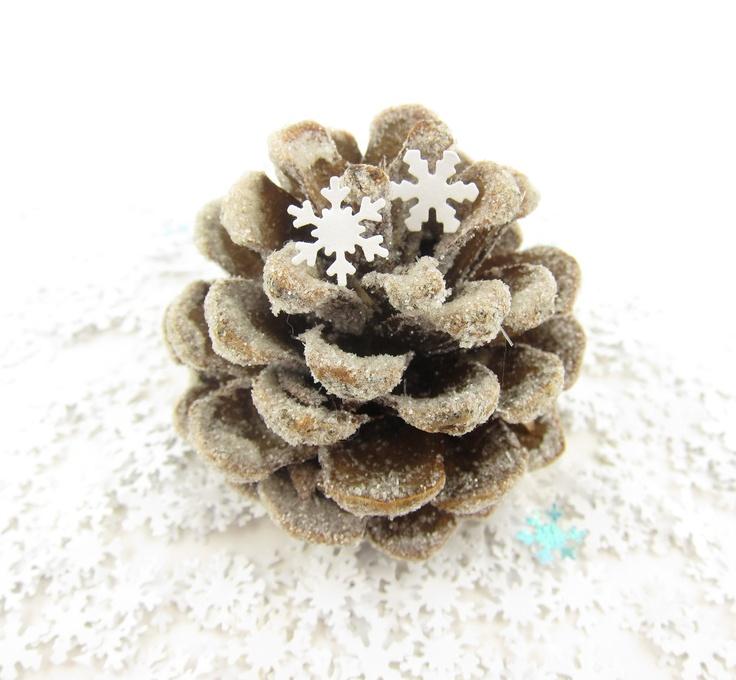 Sneeuwvlok confetti als decoratie op een winter bruiloft